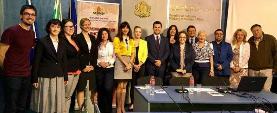Студенти и преподаватели от програмата в Дипломатическия институт